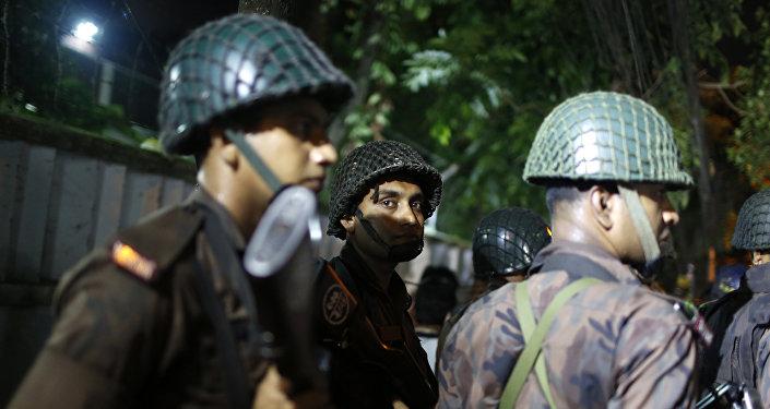 Los policias bangladesís en Daca