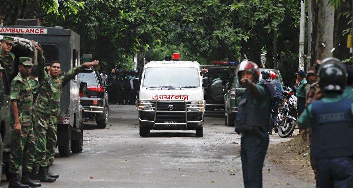 Los médicos trabajan en el lugar del ataque terrorista en Daca, 2 de julio de 2016