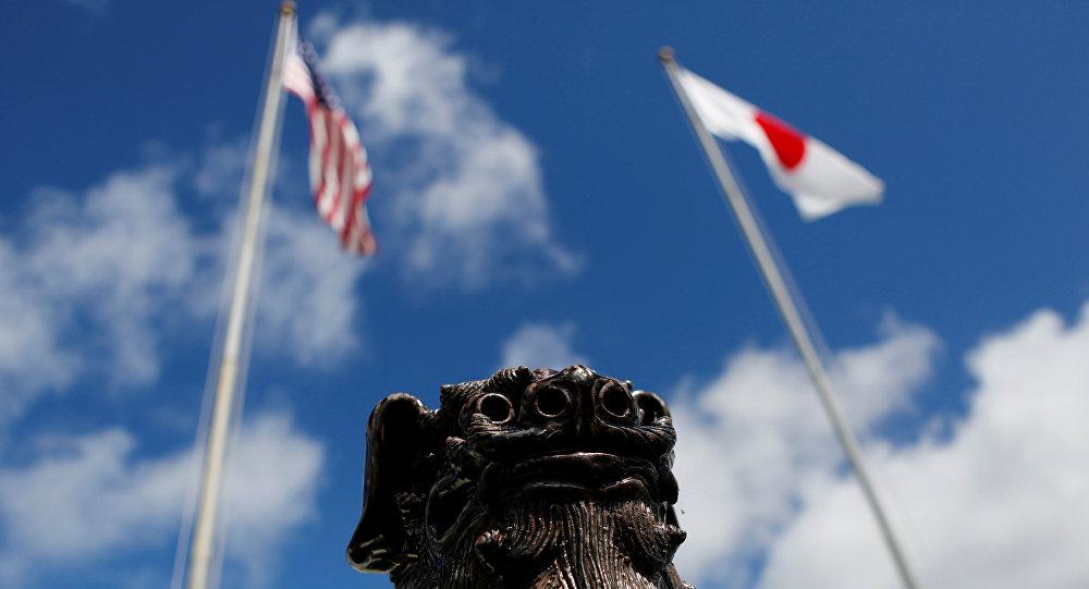 Banderas de EEUU y Japón en Okinawa