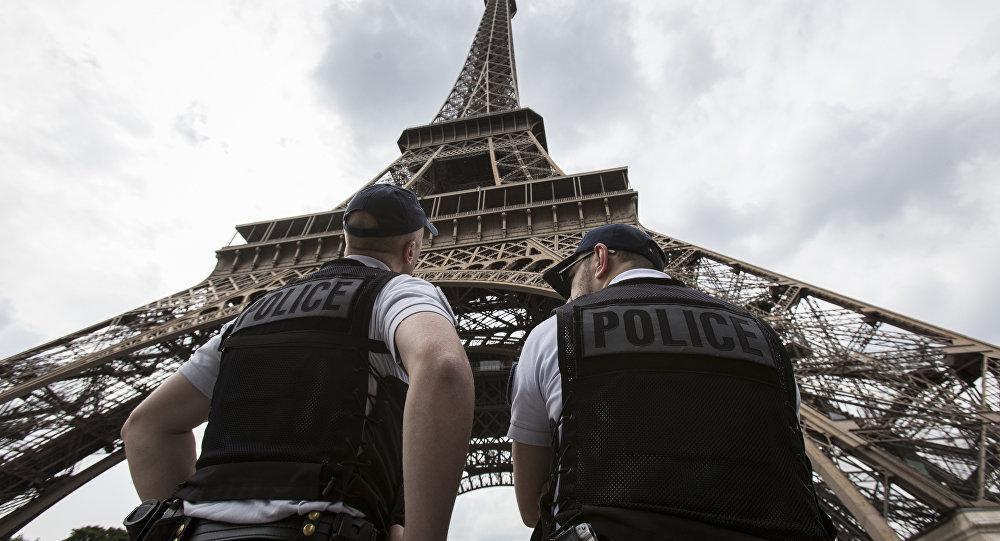 Policías franceses ante la Torre de Eiffel  en París