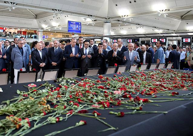 Recep Tayyip Erdogan, presidente de Turquía, rezando en el aeropuerto Ataturk tras el atentado