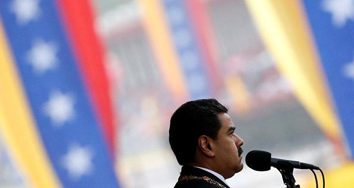 Nicolás Maduro en un desfile cívico militar en Caracas para conmemorar los 205 años de la declaración de independencia