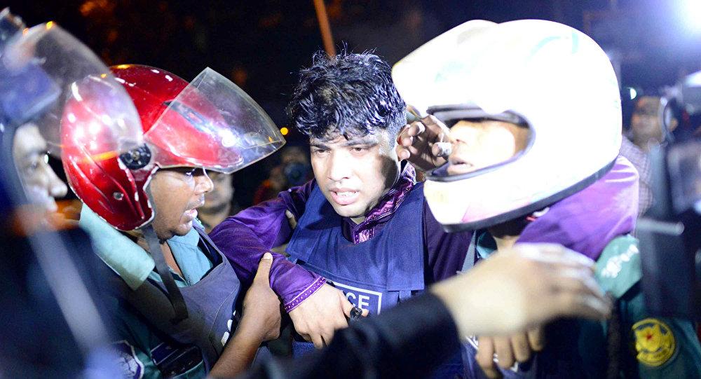 Un policía herido en el ataque de Daesh a un restaurante en Bangladés, el 1 de julio de 2016