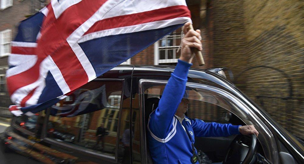 Un taxista con la bandera de Reino Unido