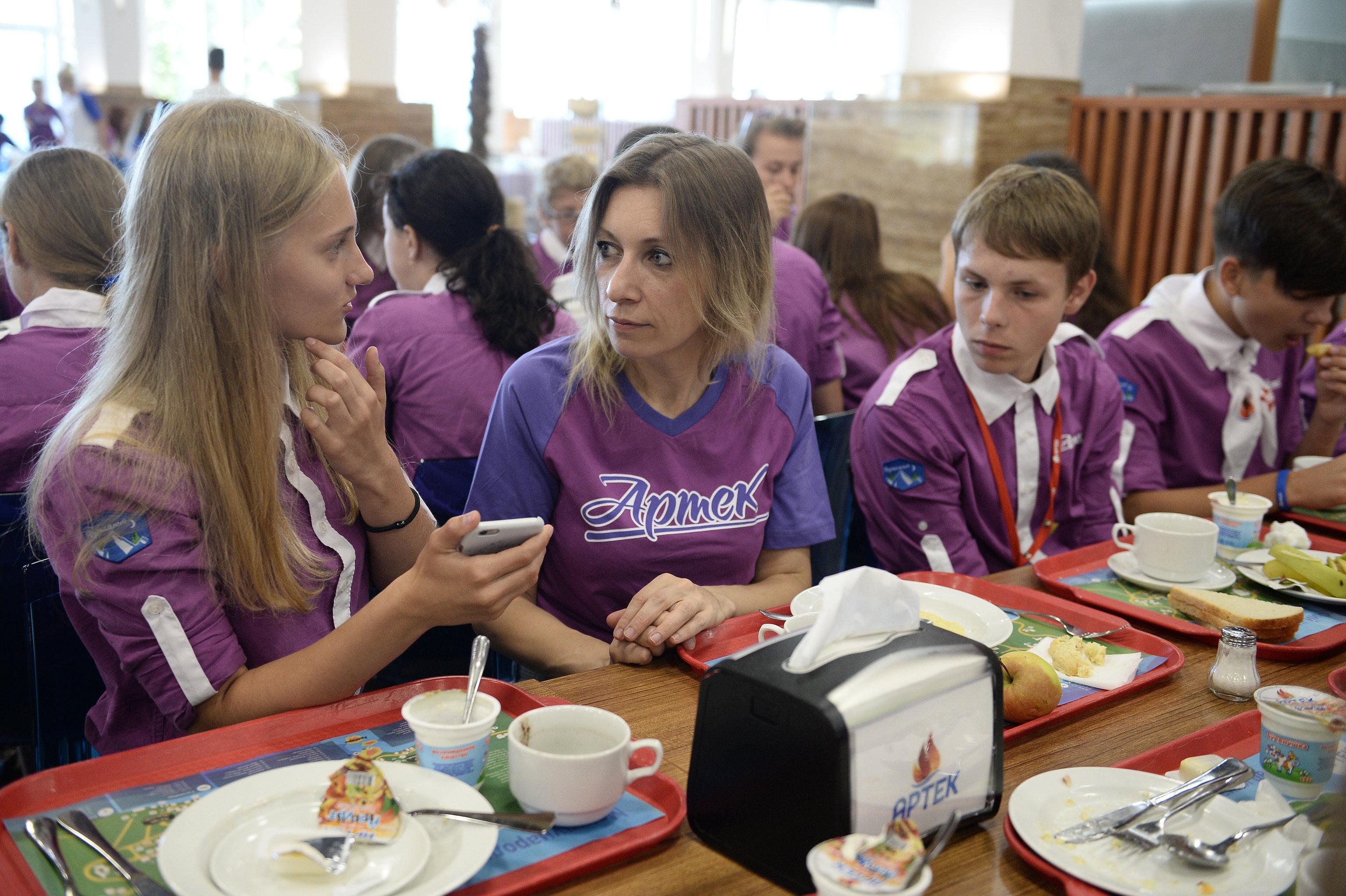 María Zajárova, portavoz del Ministerio de Exteriores de Rusia, en la cantina del campamento infantil Artek