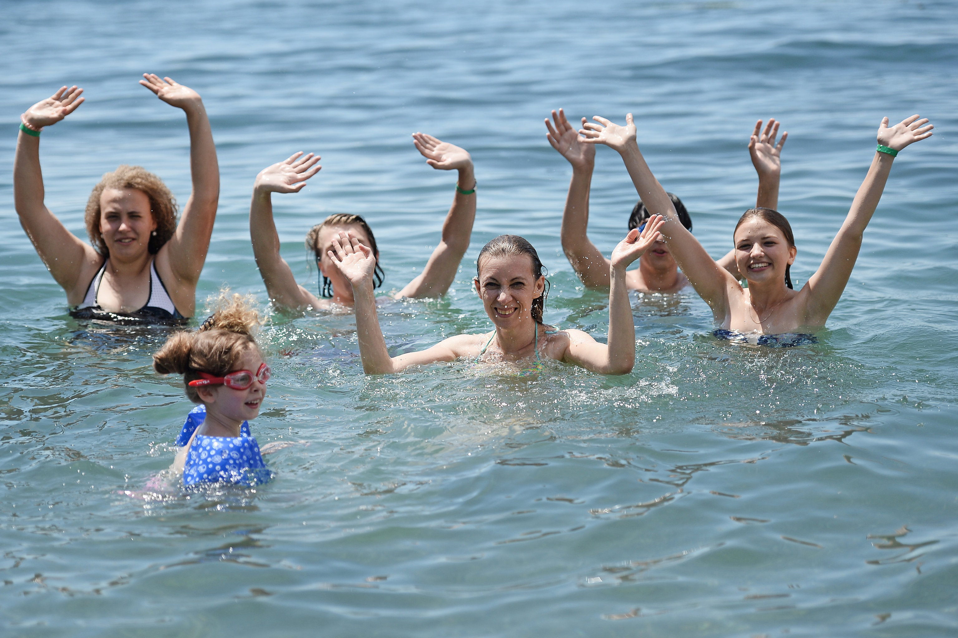 María Zajárova, portavoz de la Cancillería rusa, bañándose en el mar con los niños del campamento Artek en Crimea