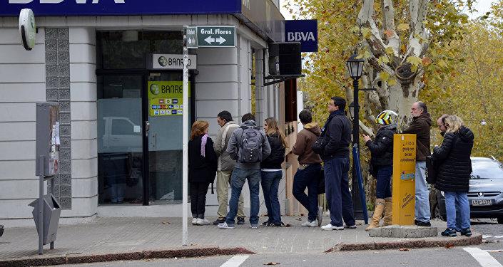 La gente haciendo la fila para un cajero automático