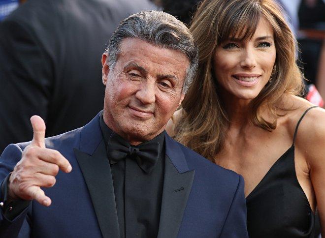 El actor, Sylvester Stallone, y su esposa, Jennifer Flavin, en la alfombra roja de la 88ª edición de los premios Óscar. Hollywood, California, 28 de febrero de 2016.