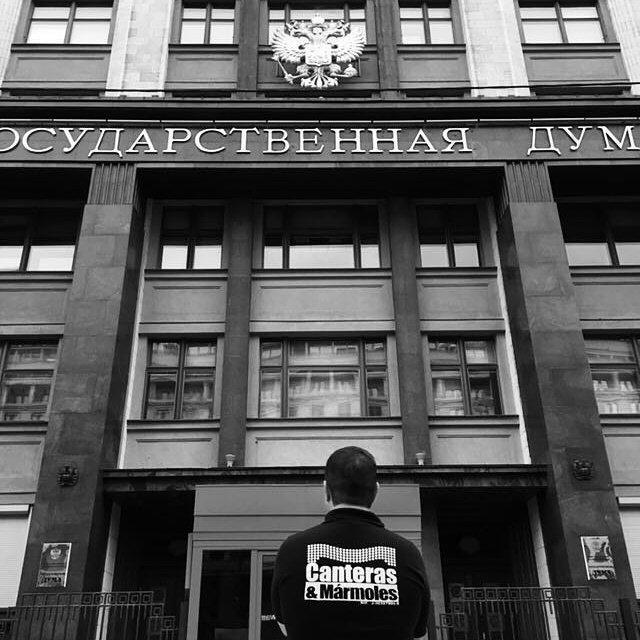 Representante de la empresa 'Canteras y Mármoles' enfrente del edificio de la Duma Estatal de Rusia