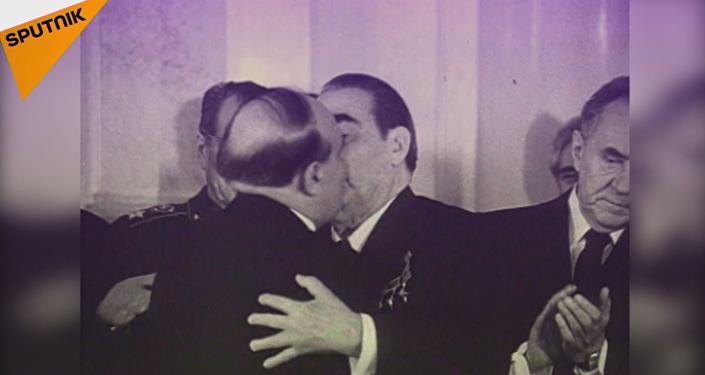 Los besos de Brézhnev, una tradición que ha pasado a la historia