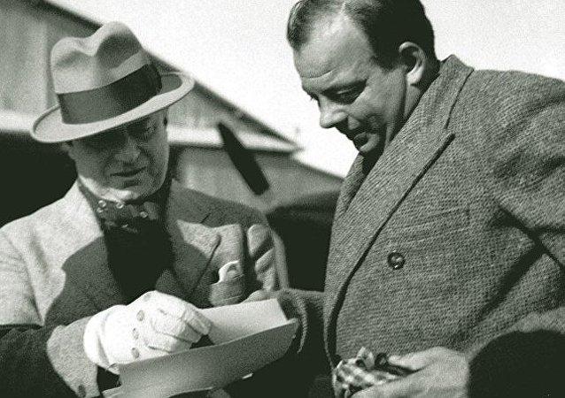 Saint-Exupéry y Marcel Peyrouton en Túnez, 1935