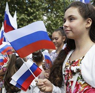 Una niña con la bandera de Rusia