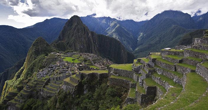 Vista de la montaña Huayna Picchu y las ruinas de la antigua ciudad de Machu Picchu
