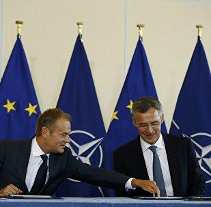 Presidente del Consejo Europeo, Donald Tusk, y secretario general de la OTAN, Jens Stoltenberg, firmando la declaración conjunta
