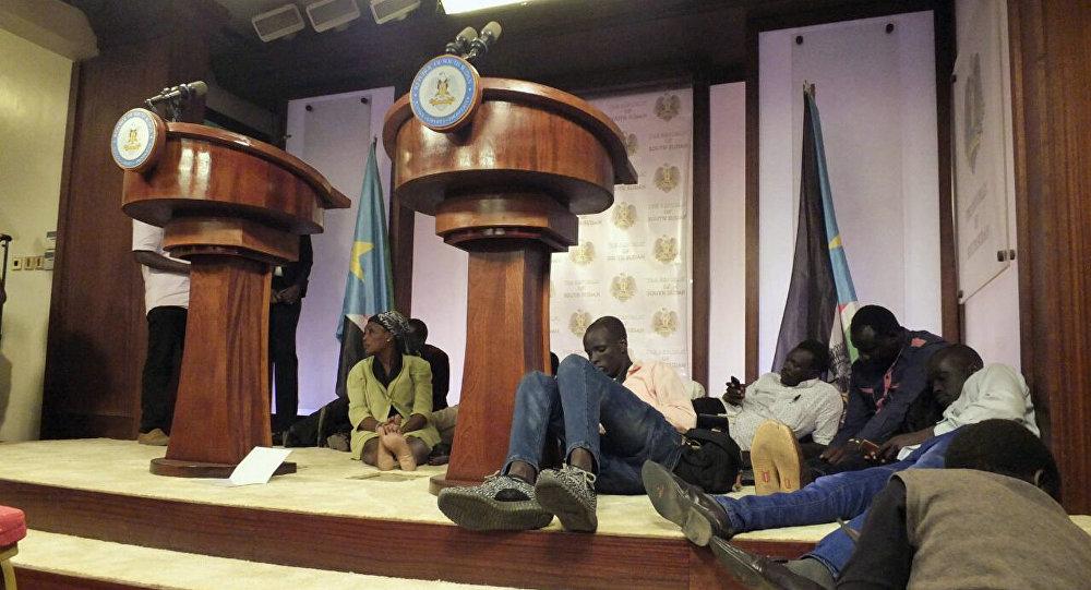 Los periodistas se cayeron al piso en el palacio presidencial de Sudán del Sur tras escuchar los tiroteos