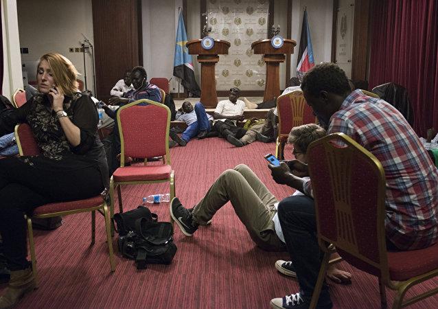Periodistas durante tiroteos en Sudán del Sur.