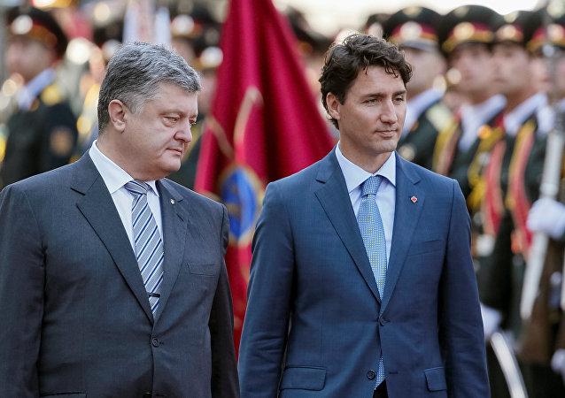 El presidente de Ucrania, Petró Poroshenko,  con el primer ministro de Canadá, Justin Trudeau, durante su visita a Kiev