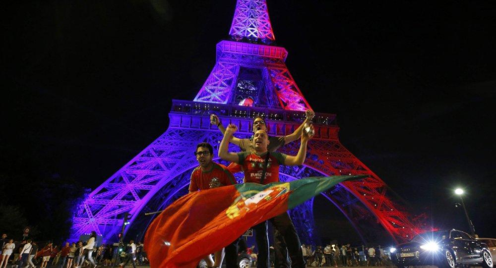 Hinchas en París tras el final de la Eurocopa