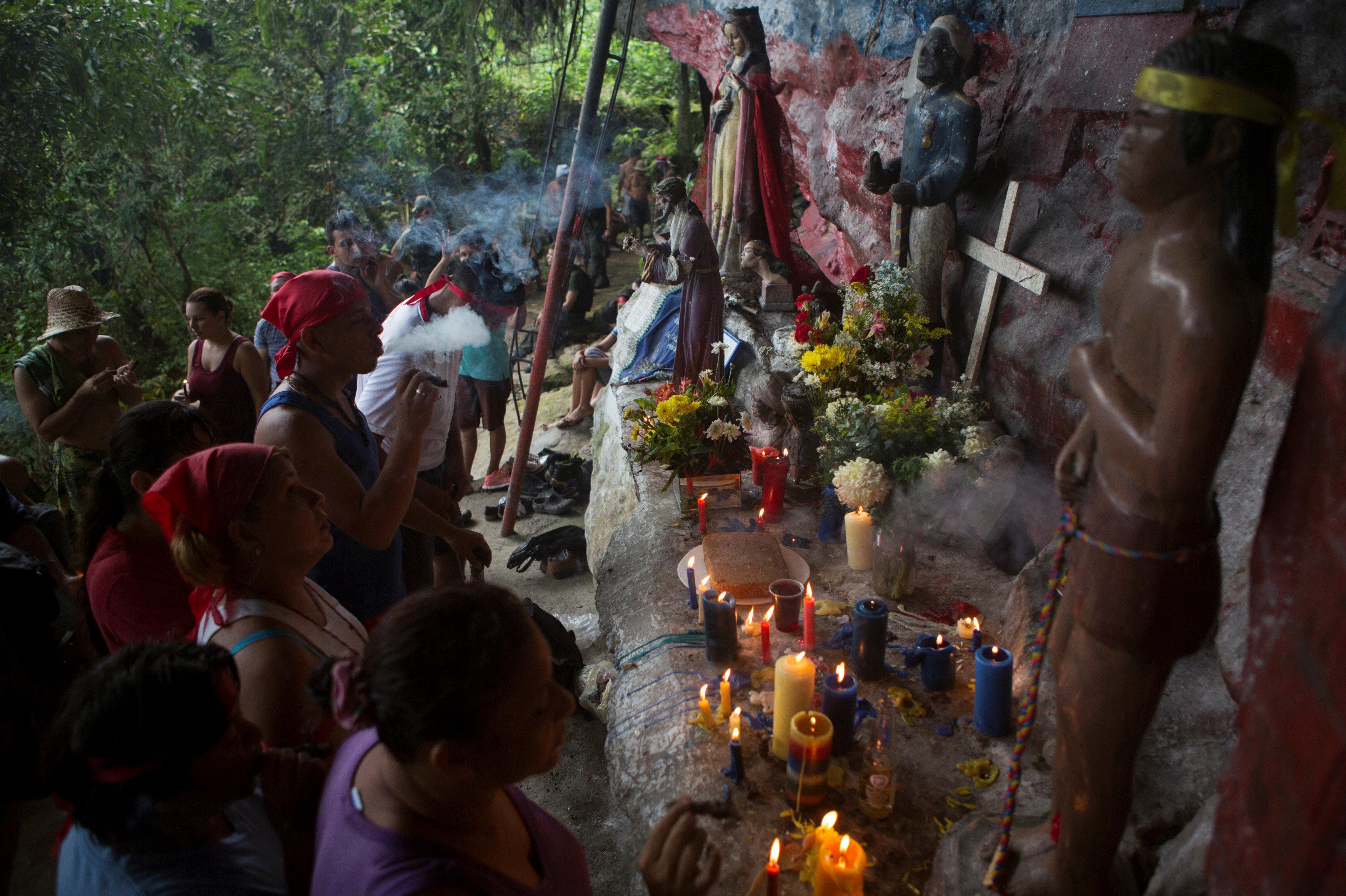 Los seguidores del culto a María Lionza creen que el humo de los puros y la llama de las velas complacen a la diosa