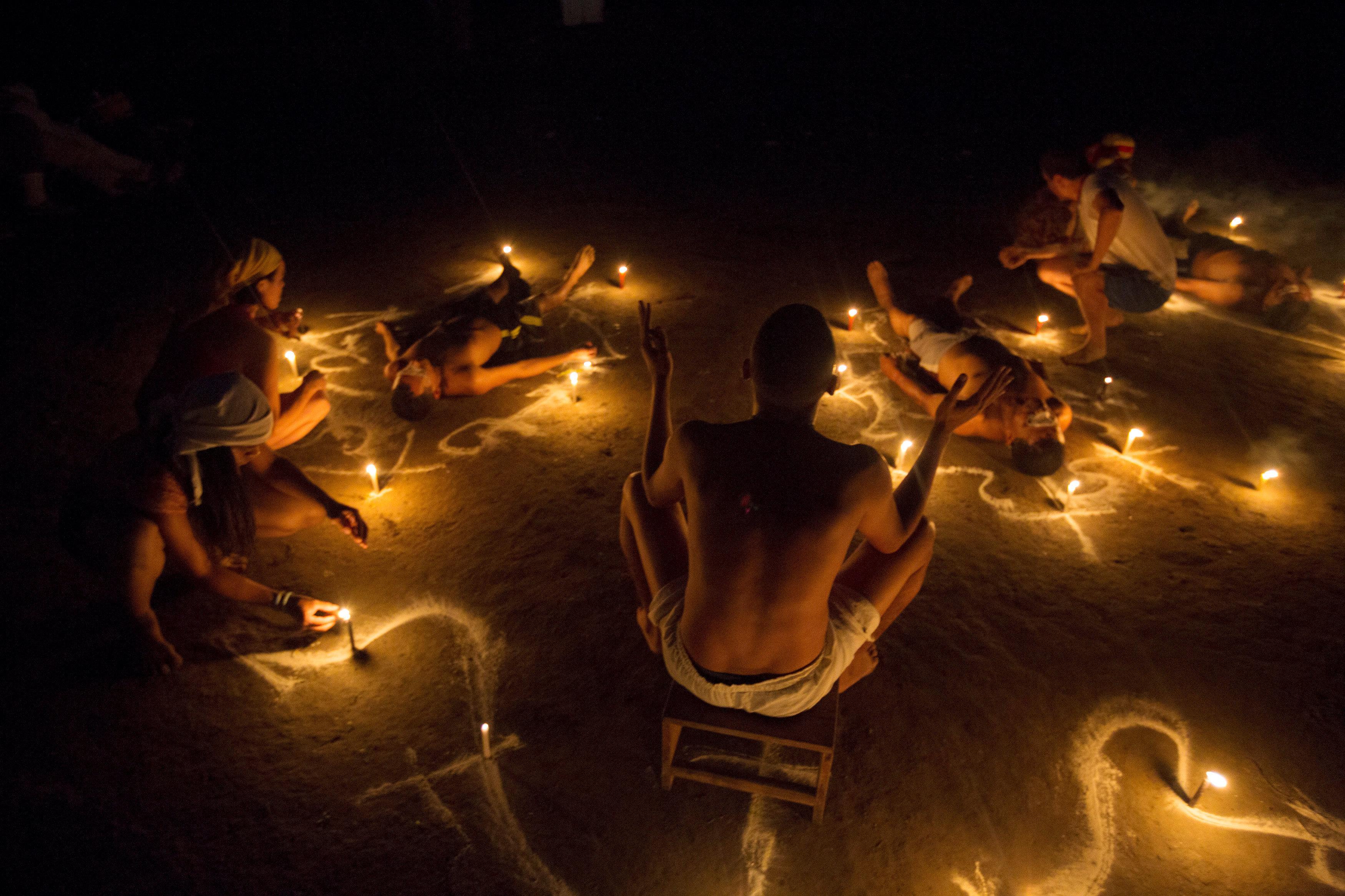 Los que quieren pedir algo a María Lionza se tumban en el suelo y los contornos de sus cuerpos se marcan con tiza. También se colocan velas y frutas a su alrededor