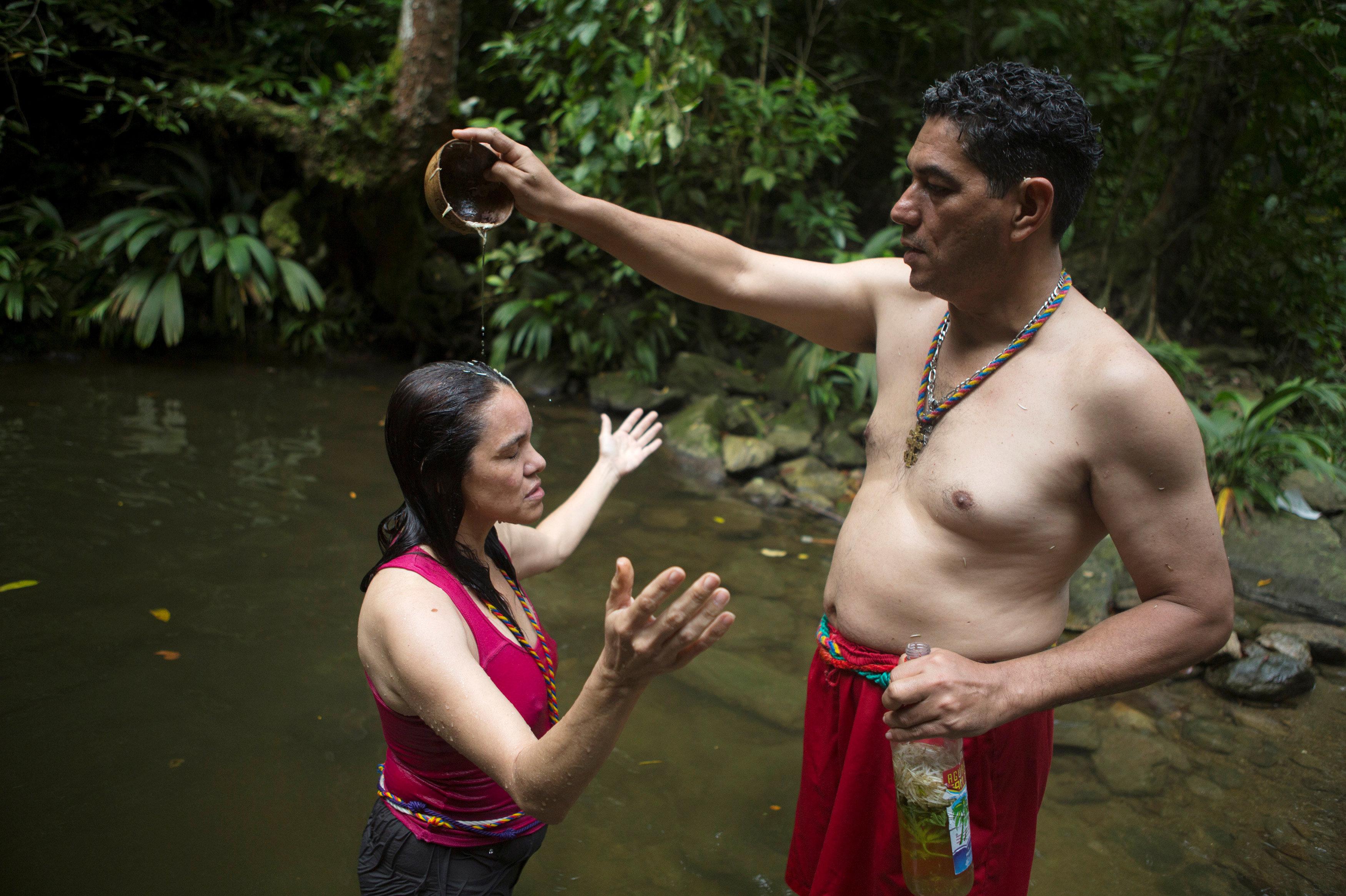 Ceremonia de la purificación en la fuente de San Juan