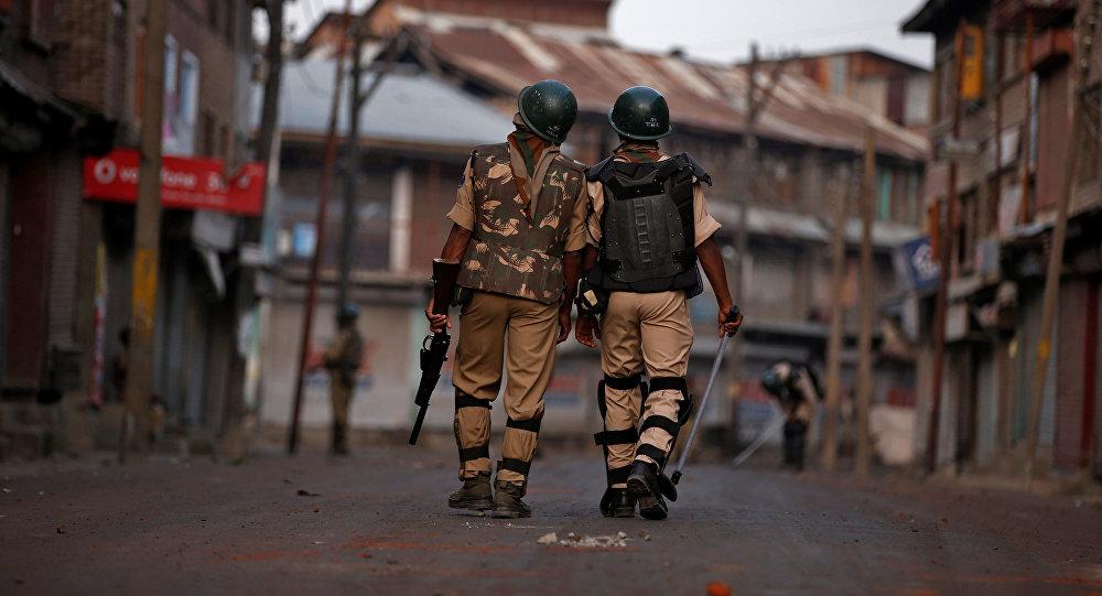Policías indios en Cachemira