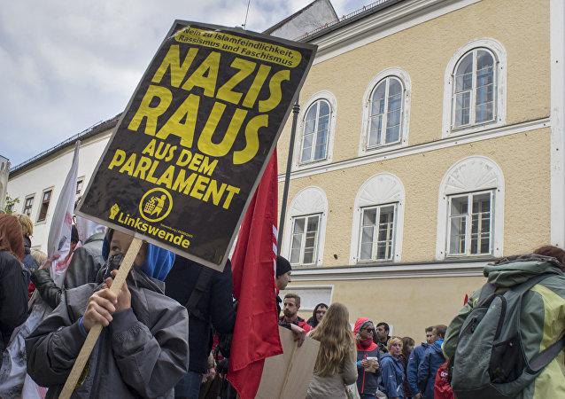 Protestas contra el fascismo al lado de  la casa natal de Hitler (archivo)