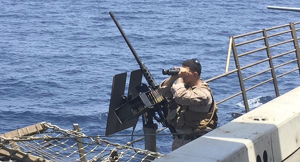 Un artillero escanea el mar a bordo del barco estadounidense New Orleans en el estrecho de Ormuz (archivo)