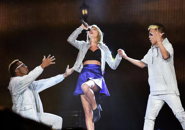 Taylor Swift , cantautora estadounidense