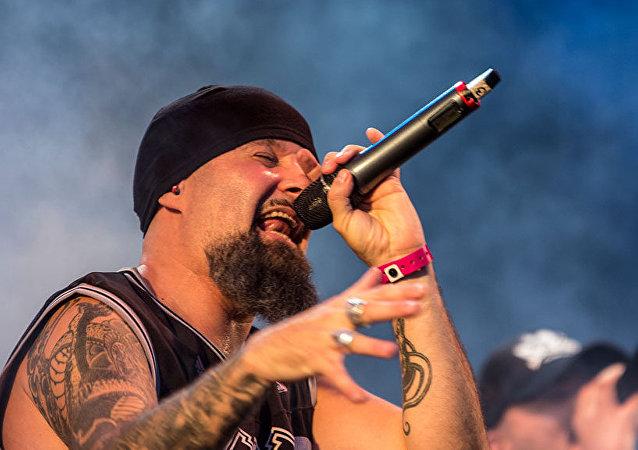 César Strawberry, cantante del grupo de rap metal Def con Dos