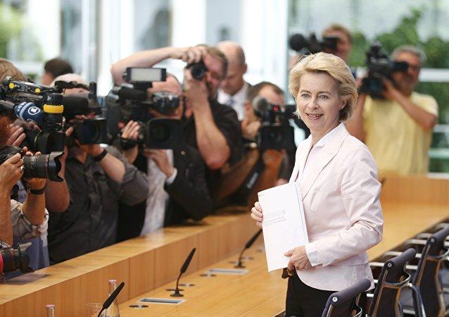 La ministra de Defensa, Ursula von der Leyen, presentando el libro blanco