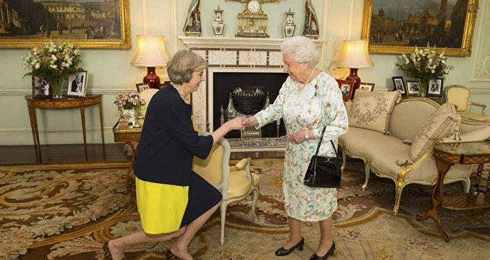 Theresa May y la reina Isabel II durante una audiencia oficial en el palacio de Buckingham