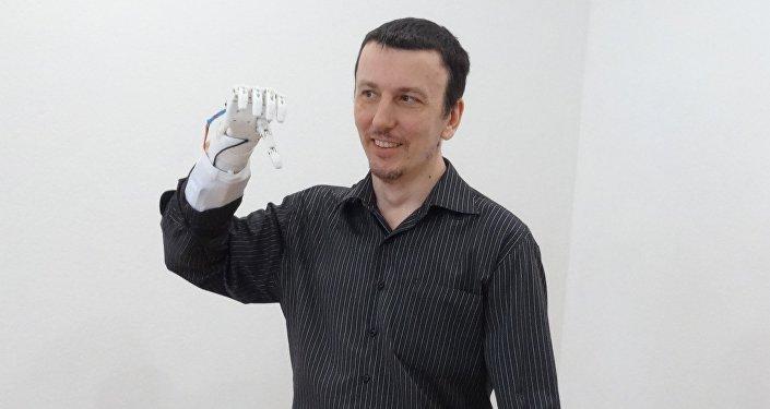 La primera persona en probar la prótesis biónica rusa Maxbionic