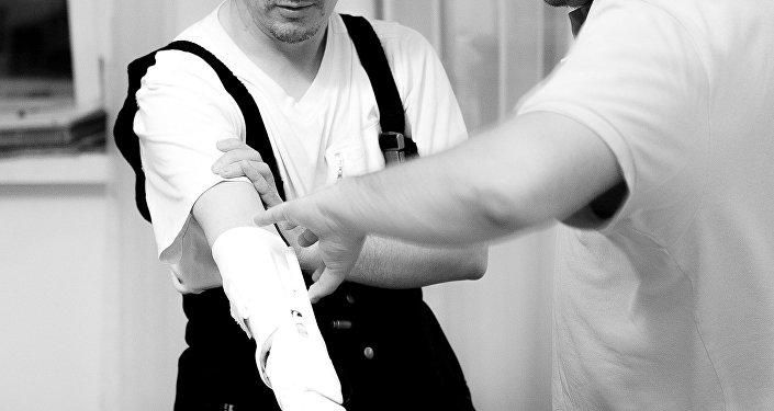 La primera persona en probar la prótesis Maxbionic y su creador, Maksim Lyashko