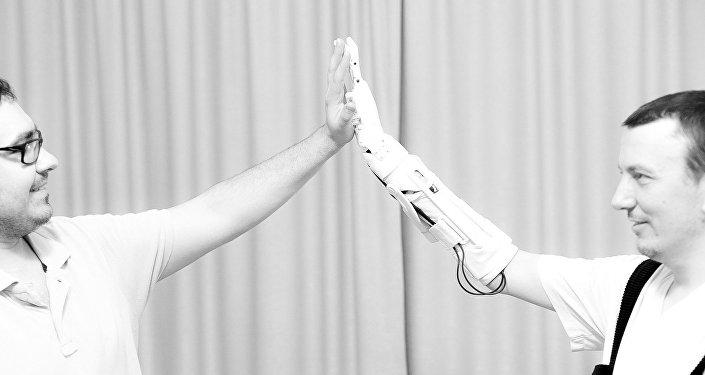 El creador de Maxbionic, Maksim Lyashko, y la primera persona en probar la prótesis
