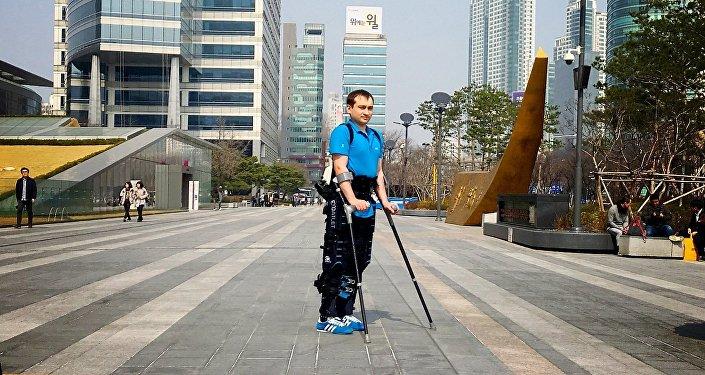 Usuario de exoesqueleto médico ExoAtlet