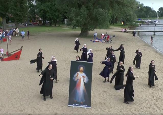 Si la gente no va a la iglesia, la iglesia irá… ¿a la playa?