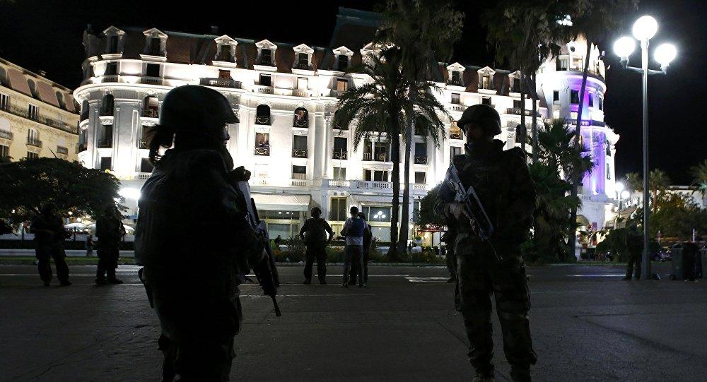 Soldados franceses en la calle donde un camión atropelló a decenas de personas