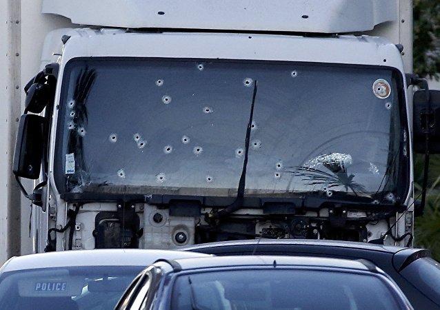 El camión que atropelló a una multitud en Niza