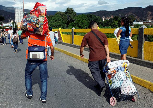 Ciudadanos venezolanos cruzando la frontera con Colombia