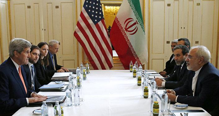 Sercretario de Estado John Kerry con el Ministro de Exteriores de Irán Mohammad Javad Zarif, Vienna, Austria, 16 de enero de 2016