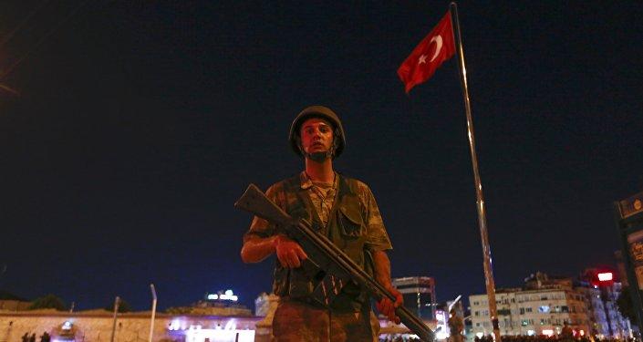 Soldado turco en la plaza de Taksim en Estambul