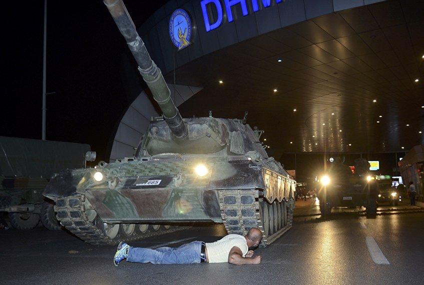 Un hombre en frente del tanque cerca del aeropuerto internacional Ataturk en Estambul