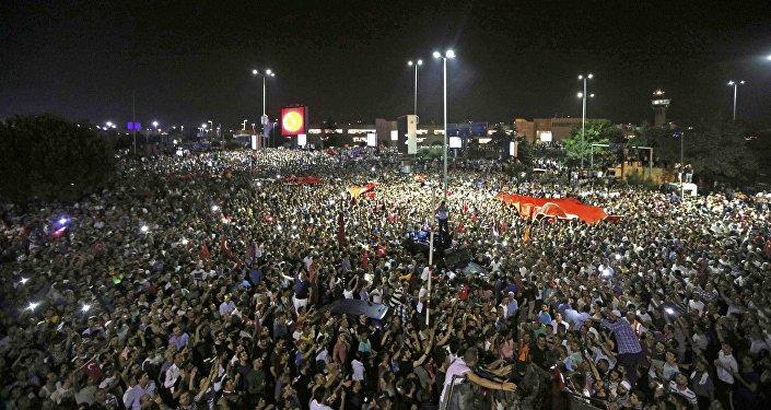 Los partidarios de Erdogan llegan al aeropuerto internacional de Ataturk en Estambul