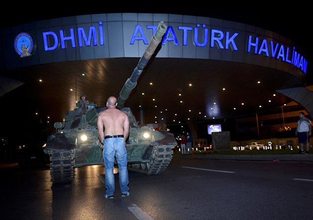 Un turco obstaculiza el paso de los tanques en el aeropuerto internacional de Ataturk