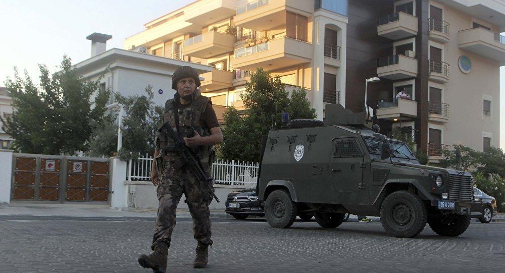 Un policía patrulla las calles en la ciudad turca de Marmaris