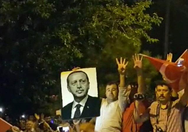 Los habitantes de Estambul toman las calles para abortar el golpe militar