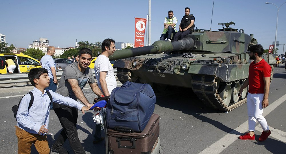 Los policias turcos con un tanque Leopard-2 en Ankara