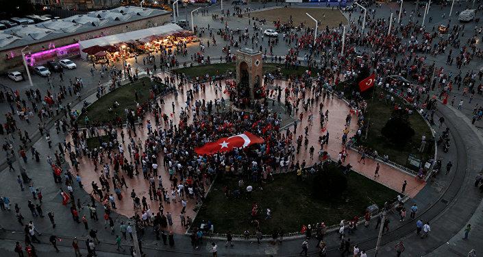 Una reunión progubernamental en la plaza de Taksim en Ankara el día después de la sublevación