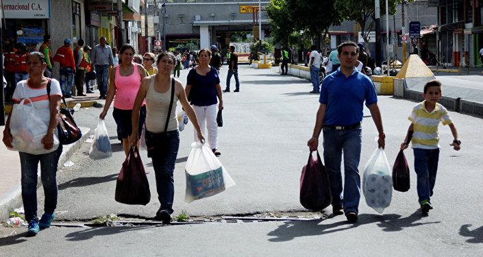 Ciudadanos venezolanos en la frontera con Colombia